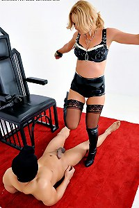 A fanboy gets a good hard kicking from his dominatrix