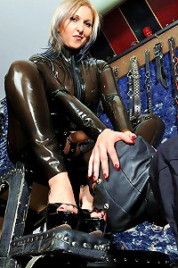 Dominatrix in a latex catsuit made her gimp worship her big strap-on